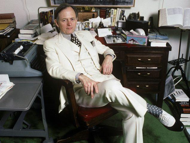 La razón (periodística) por la que Tom Wolfe siempre vestía un traje blanco