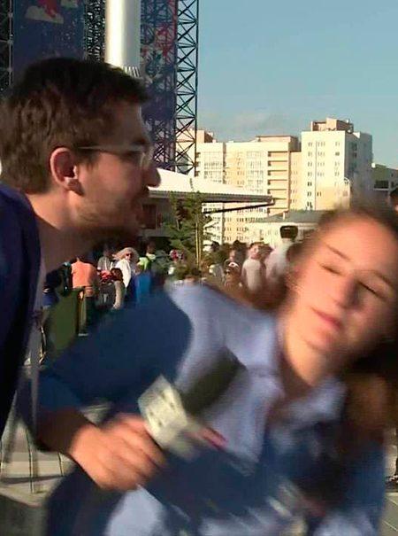 La bronca de una reportera a un hombre que trata de besarla mientras trabaja