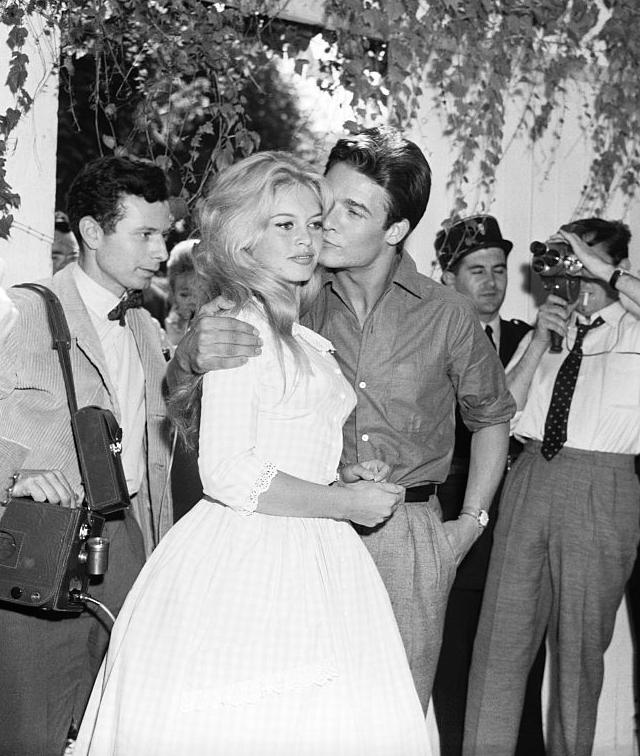 lolita jacobs con vestido camisero y otras novias originales que