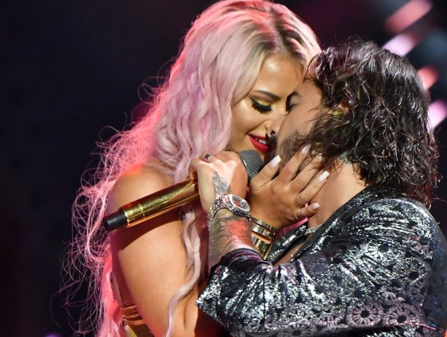 El extraño beso de Maluma y otros momentazos de los VMA's