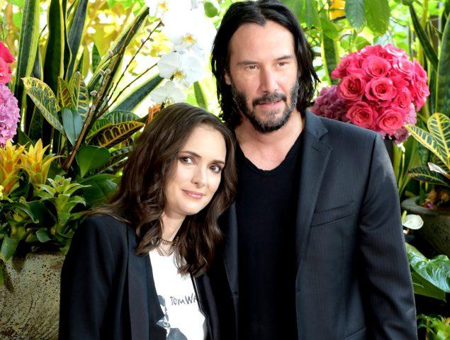 Winona Ryder bromea con la posibilidad de llevar 25 años casada con Keanu Reeves