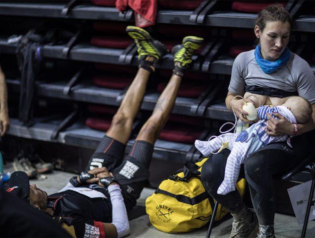 La mujer que corrió el Ultra sacándose leche y dando de mamar