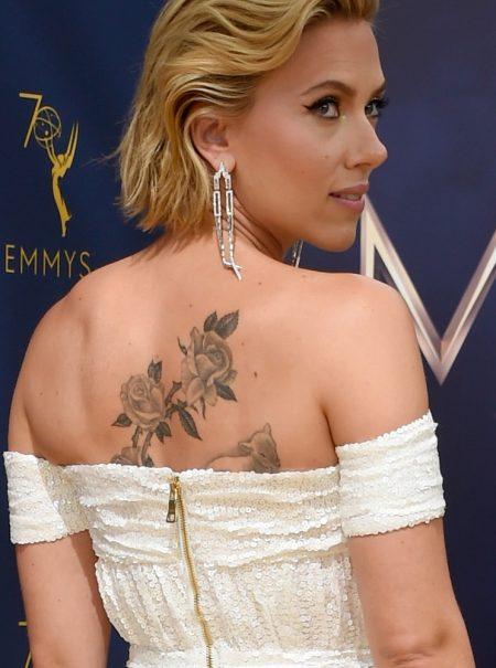 Premios Emmy: Scarlett Johansson descubre un gran tatuaje en su espalda