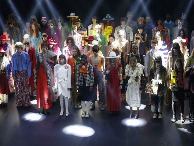 Plumas, flecos y tiaras: así es la retronostalgia veraniega de Gucci