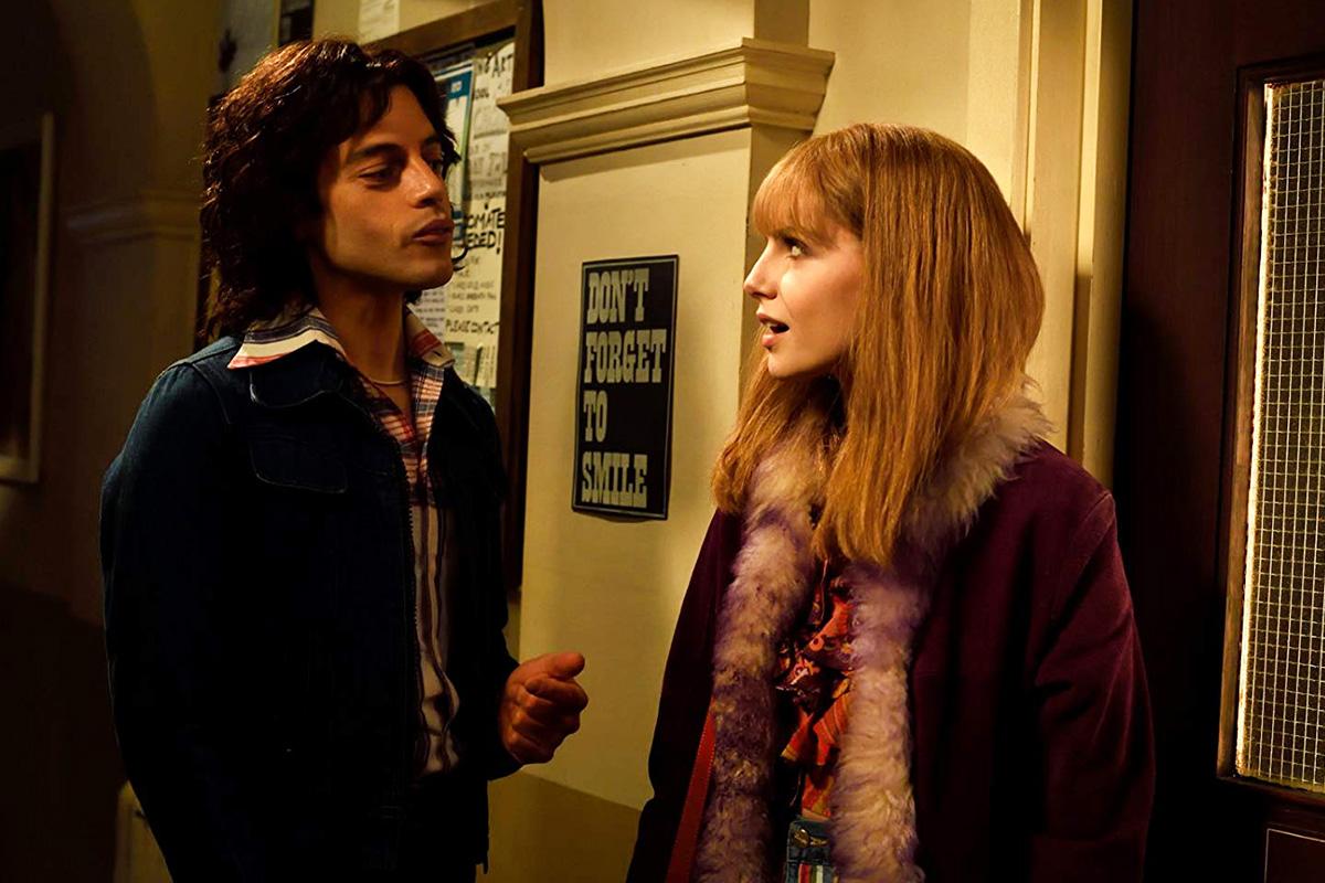 Escena de la película Bohemian Rhapsody entre Freddie Mercury (Rami Malek) y Mary Austin (Lucy Boynton).