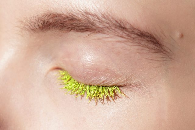 Olvida los carteles de neón: los tonos fluorescentes llegan a tus ojos
