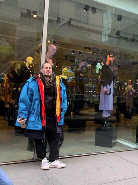 Marc Jacobs, la 'groupie' de la moda, se atreve con el abrigo-meme de Balenciaga