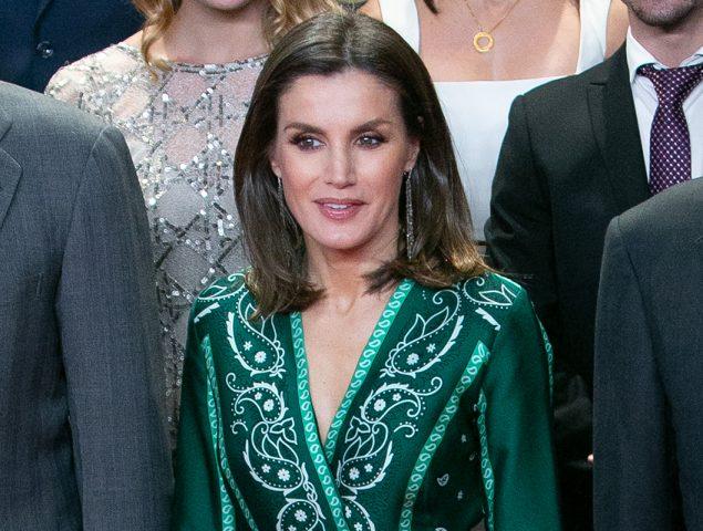 La Reina Letizia cautiva con vestido verde que se vende en oferta