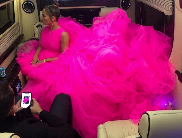 JLo, su vestido de Giambattista Valli y el complicado arte de entrar y salir del coche