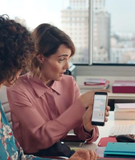 ¡Mi móvil me espía!: El Corte Inglés bromea con la privacidad en su anuncio de rebajas