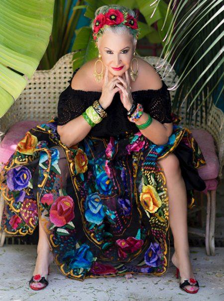 Erótica, youtuber a los 60 y amante de España: así es la zapatera de Theresa May