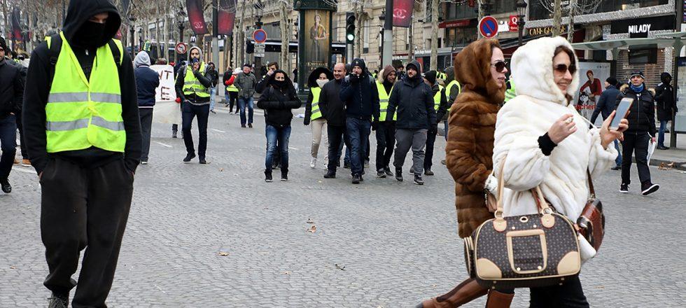 Cambios de fechas en desfiles y menos exportación española: así afectan los 'chalecos amarillos' a la moda