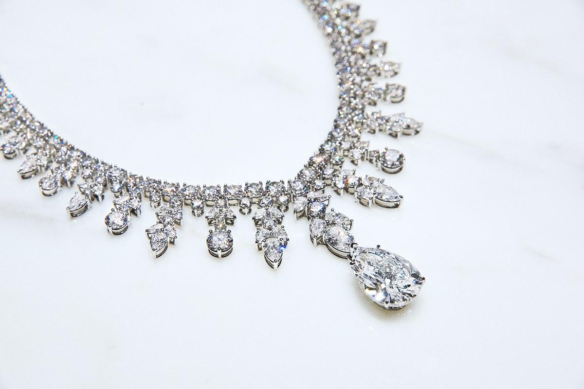 9254f11c2e2e El Tiffany Aurora está compuesto por más de 300 diamantes. Foto  Tiffany    Co