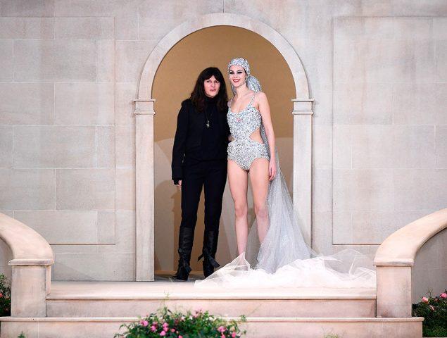 ¿Quién es la misteriosa mujer que ha sustituido a Karl Lagerfeld en el final del desfile de Chanel?