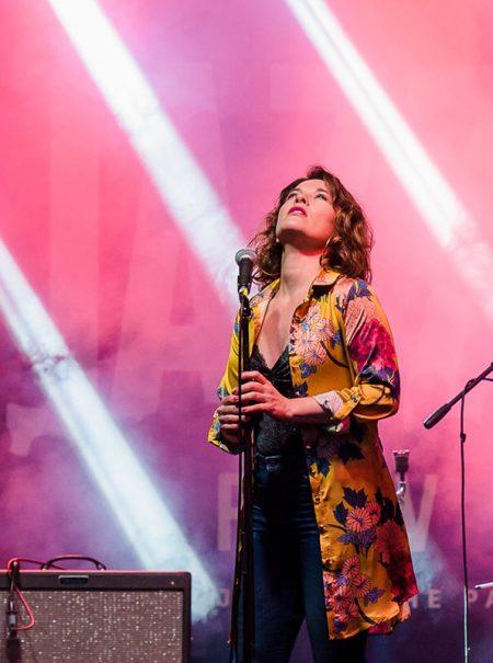La madrileña que pasó de ser 'au pair' en Londres a cantante de éxito que apoya a los refugiados LGTB+