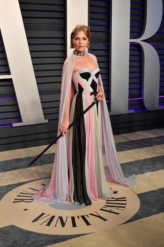 Selma Blair reaparece con bastón en los Oscar tras confirmar su esclerosis múltiple