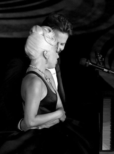 Todas las 'miraditas' de la noche entre Lady Gaga y Bradley Cooper