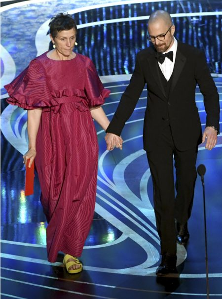 Frances McDormand se merece un Oscar por llevar Birkenstock con alta costura