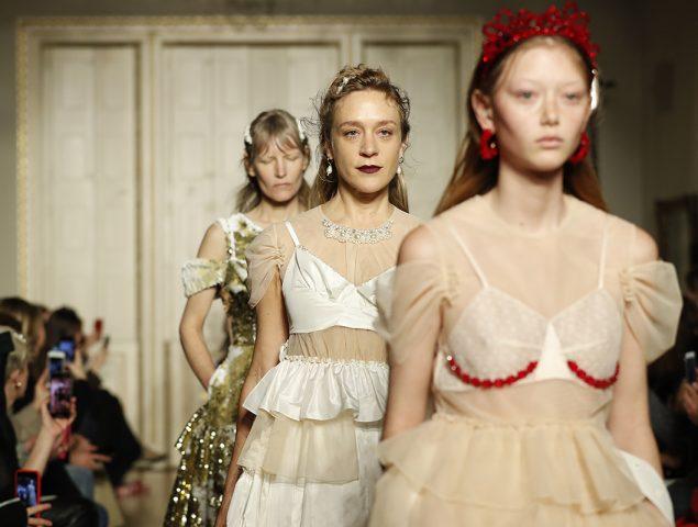 Simone Rocha subvierte el discurso clásico de la feminidad… todavía más
