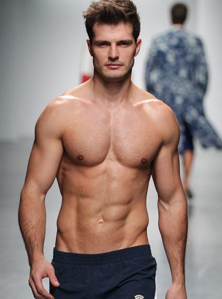 Los hombres también quieren pecho nuevo: el implante masculino, una práctica al alza