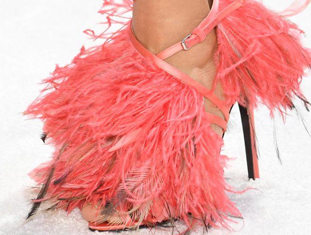 Las sandalias de plumas de Giambattista Valli