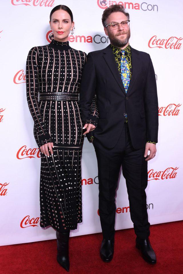 Cómo Charlize Theron convirtió a Seth Rogen en el (improbable) actor mejor vestido del momento