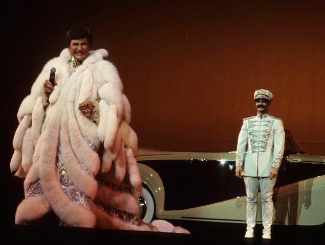 100 años de Liberace: 15 imágenes para recordar el exceso visual del artista que se avanzó a todos