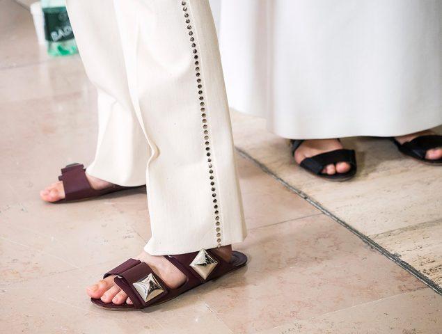 Puede que abusar del zapato plano sea tan malo como el tacón