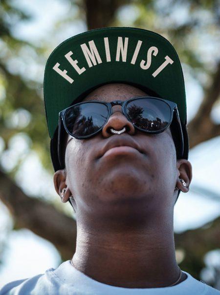 Por qué muchos jóvenes todavía exhiben conductas machistas peores que las de sus padres
