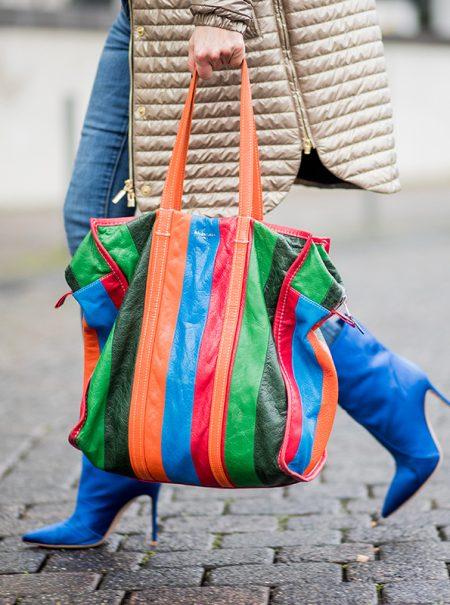 Ese bolso que pesa demasiado es el culpable de tu dolor de espalda