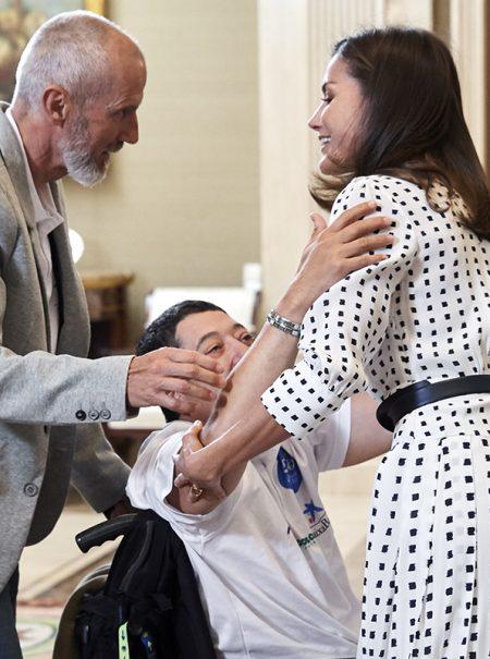 Así ha sido el abrazo más efusivo recibido jamás por la reina Letizia