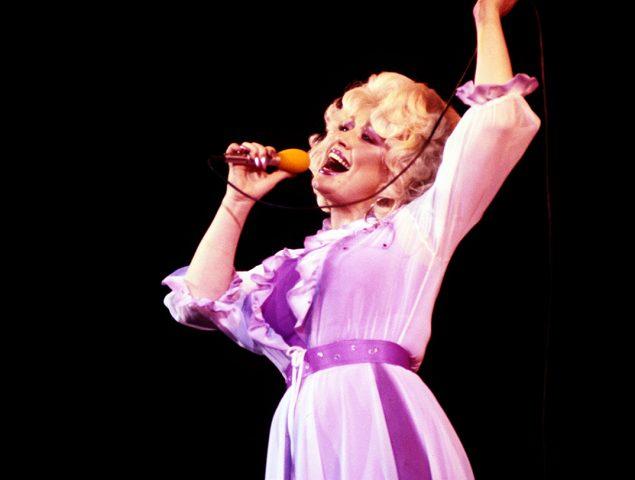 Acuéstate maquillada: el increíble consejo de belleza de Dolly Parton