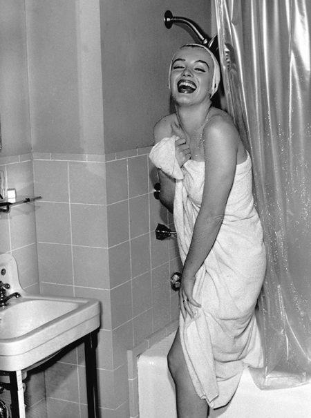 Podrías estar lavándote demasiado (y necesitas un filtro de ducha aunque no lo creas)