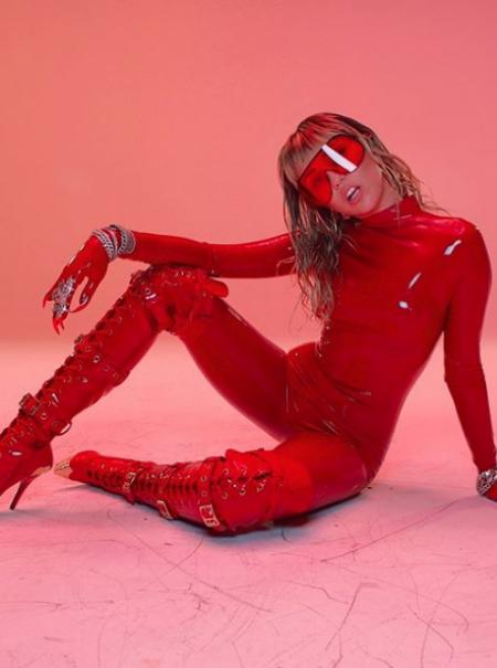 Una vagina dentata, un homenaje a su madre y un mono de látex rojo:  las gemas del nuevo vídeo de Miley Cyrus