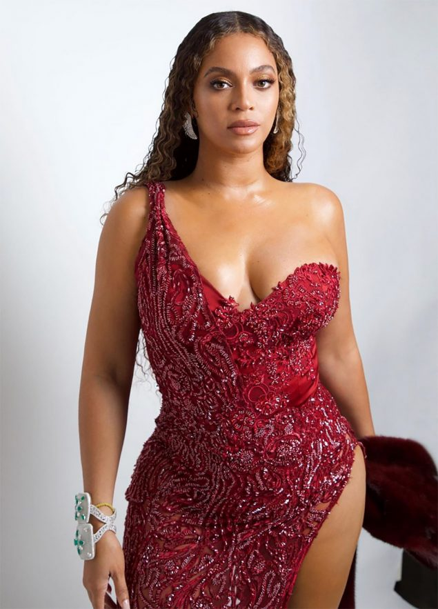 Beyoncé sorprende en Instagram con un vestido a lo Angelina Jolie