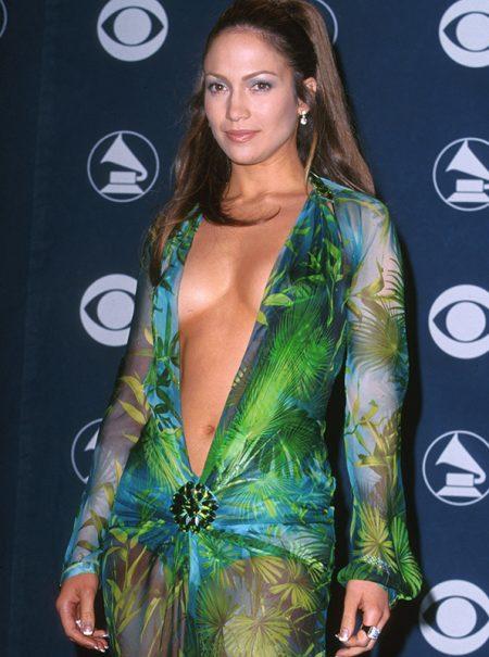 La leyenda del vestido Versace de Jennifer Lopez se transforma en zapatillas