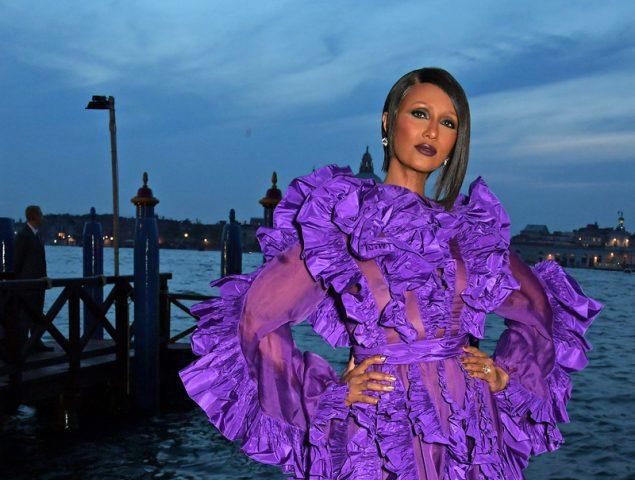 Iman reaparece en el Festival de Venecia con un espectacular Valentino