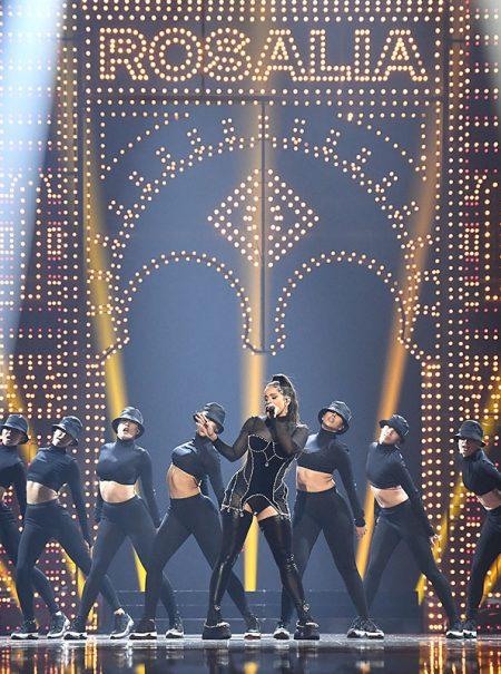 Rosalía se come el escenario de los MTV VMA's con alumbrado a lo Feria de Abril