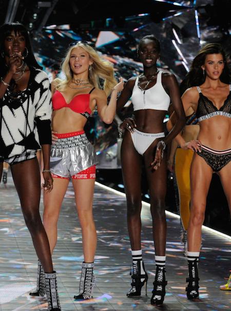 Más de 100 modelos exigen a Victoria's Secret que actúe contra fotógrafos que las acosaban