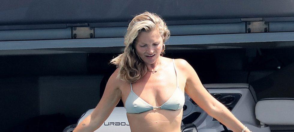Kate Moss reaparece en verano con sus clásicos: bikini extremo, cigarrillos y Sadie Frost