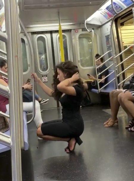 Twitter se rinde ante el selfie en el metro de la viajera más audaz del verano