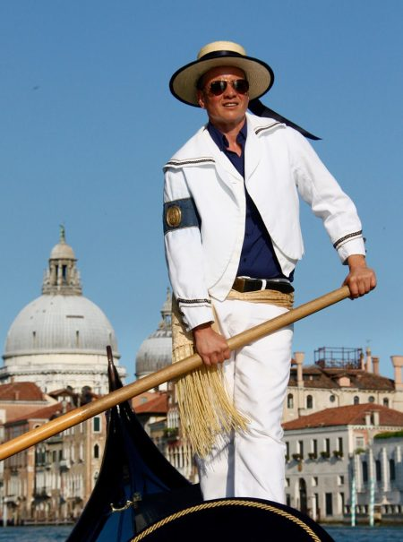 Los 20 años de lucha del primer gondolero trans de Venecia, el favorito de las estrellas