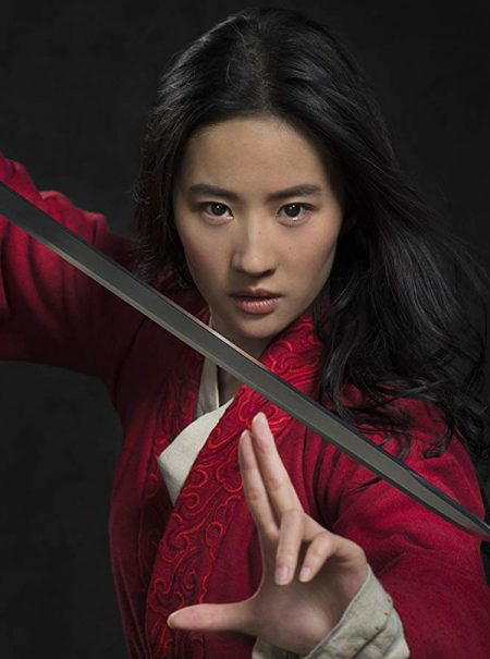 """""""Ya podéis venir a por mí"""": La nueva Mulan muestra su apoyo a la represión en Hong Kong y provoca un boicot contra el filme"""