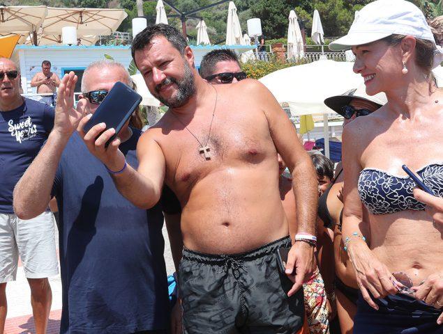 El misterio de la cruz de madera de Salvini: el 'complemento' católico ahora es herramienta política