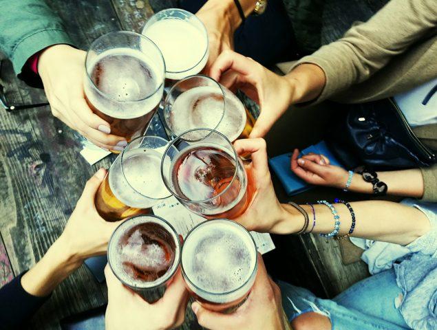 Presión, desconfianza y vacío social: lo que ocurre cuando cuentas que no bebes