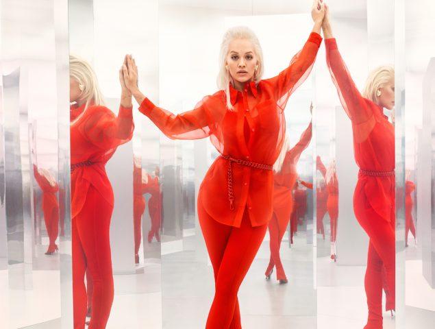 Rita Ora tiñe de rojo la nueva colección de Escada