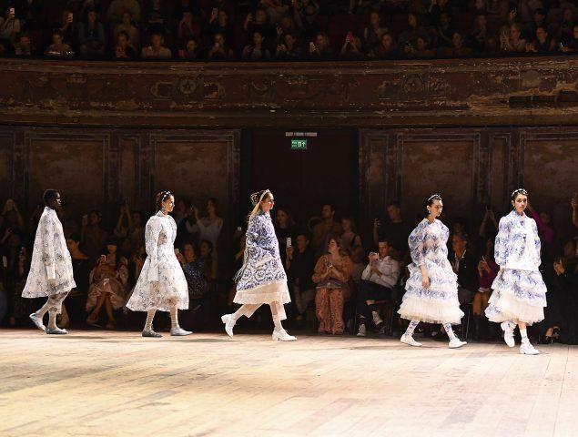 Opulencia barroca en los vestidos de Simone Rocha