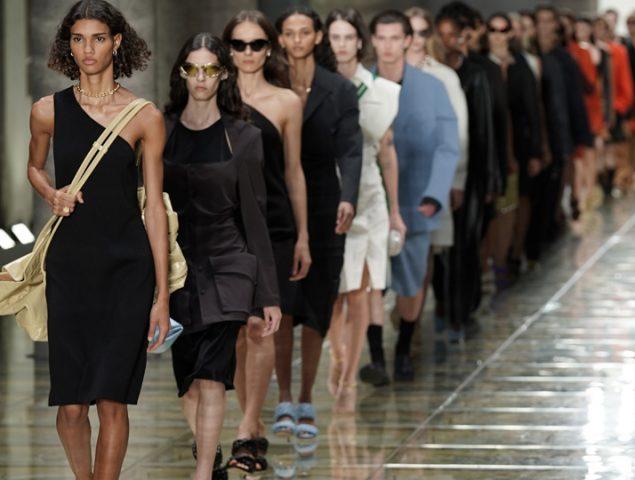 Bottega Veneta propone el bolso bandolera como nuevo éxito viral