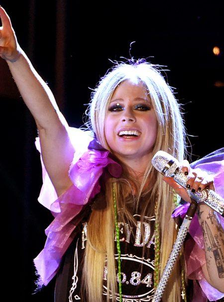 Avril Lavigne quiere recuperar su vida tras casi una década desmintiendo que esté muerta