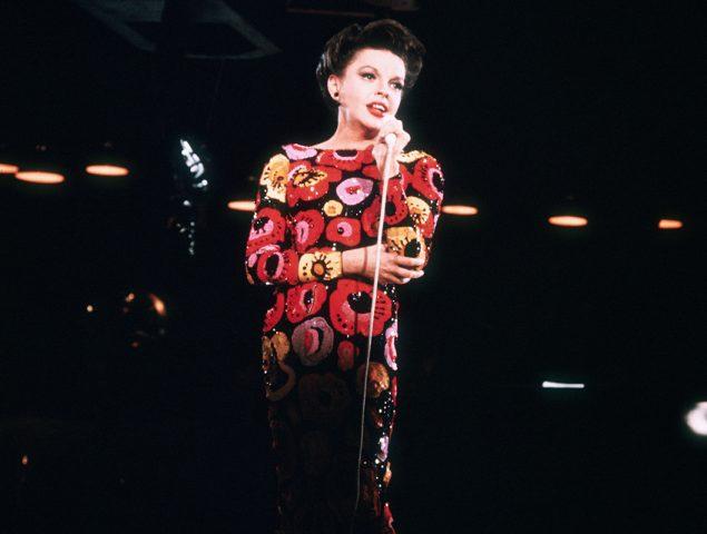 Somníferos, alcohol y un amor tóxico: el trágico final de Judy Garland, la voz de 'Over the rainbow'